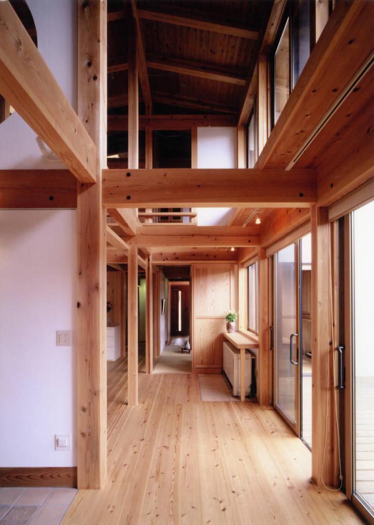家全体が温かい吹き抜け: T設計室一級建築士事務所/tsekkeiが手掛けた廊下 & 玄関です。