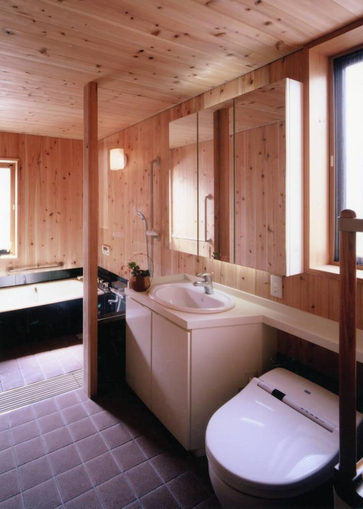 シニア専用のお風呂: T設計室一級建築士事務所/tsekkeiが手掛けた浴室です。