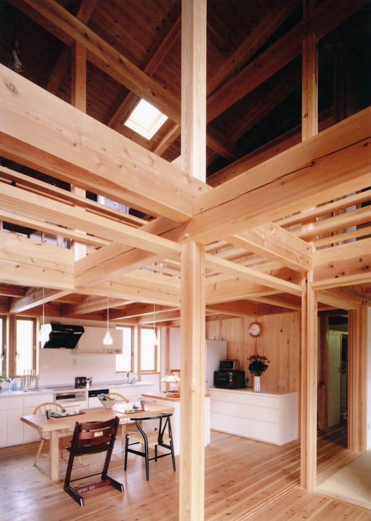 梁が飛びかうダイニング: T設計室一級建築士事務所/tsekkeiが手掛けた和室です。