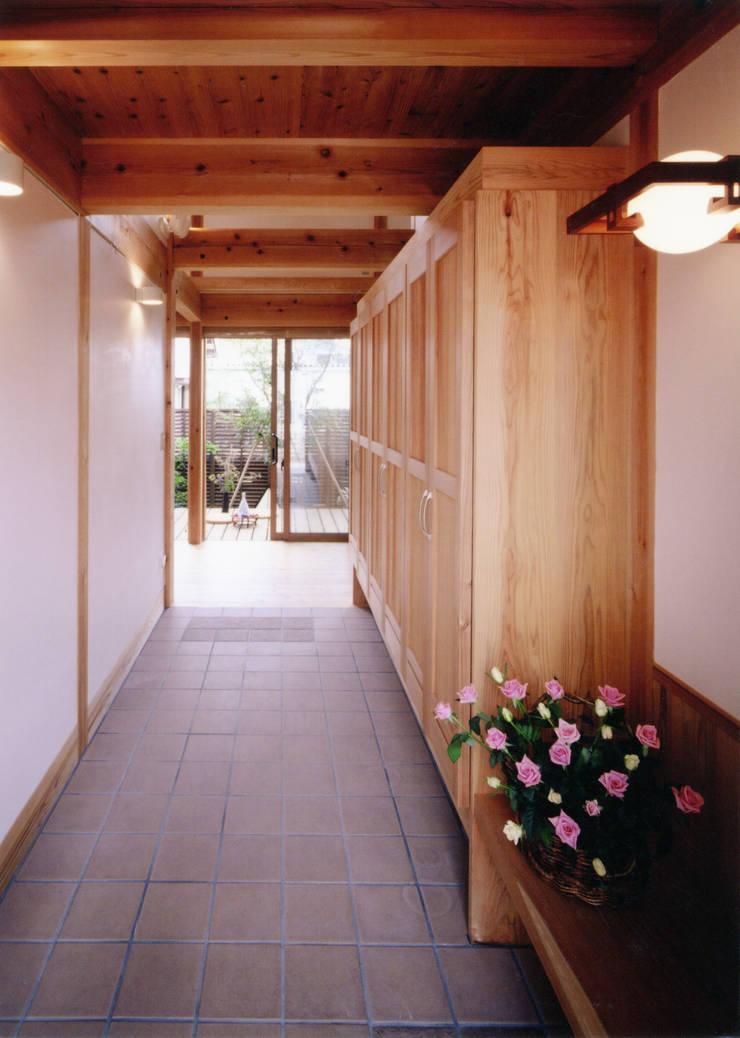 段差のバリアーフリーのない玄関: T設計室一級建築士事務所/tsekkeiが手掛けた廊下 & 玄関です。