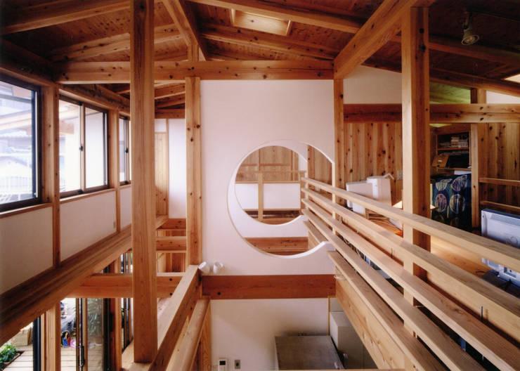 二世帯が繋がる玄関: T設計室一級建築士事務所/tsekkeiが手掛けた廊下 & 玄関です。