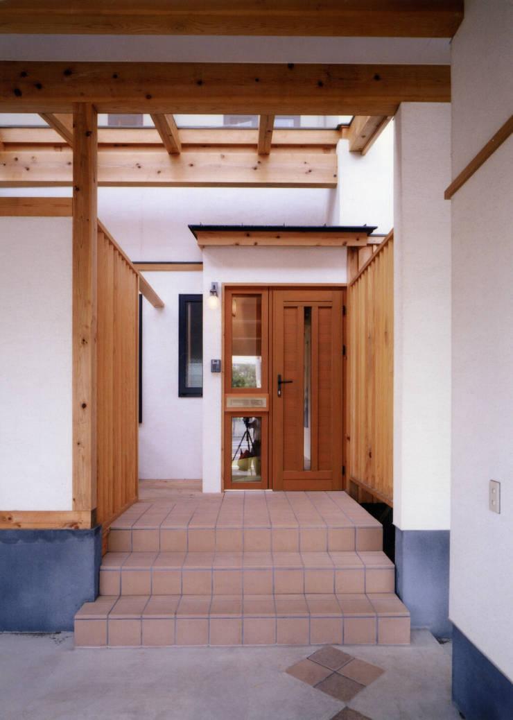 中庭で繋ぐ二世帯の家: T設計室一級建築士事務所/tsekkeiが手掛けた廊下 & 玄関です。