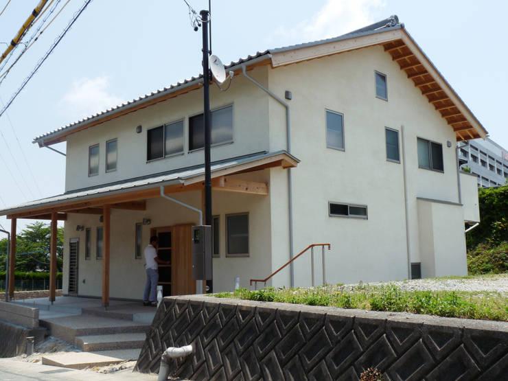 勾配のある道路のアプローチ: T設計室一級建築士事務所/tsekkeiが手掛けた家です。