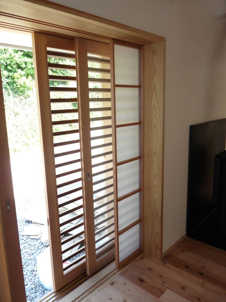網戸と框戸と障子が壁の中にはいる: T設計室一級建築士事務所/tsekkeiが手掛けた窓です。