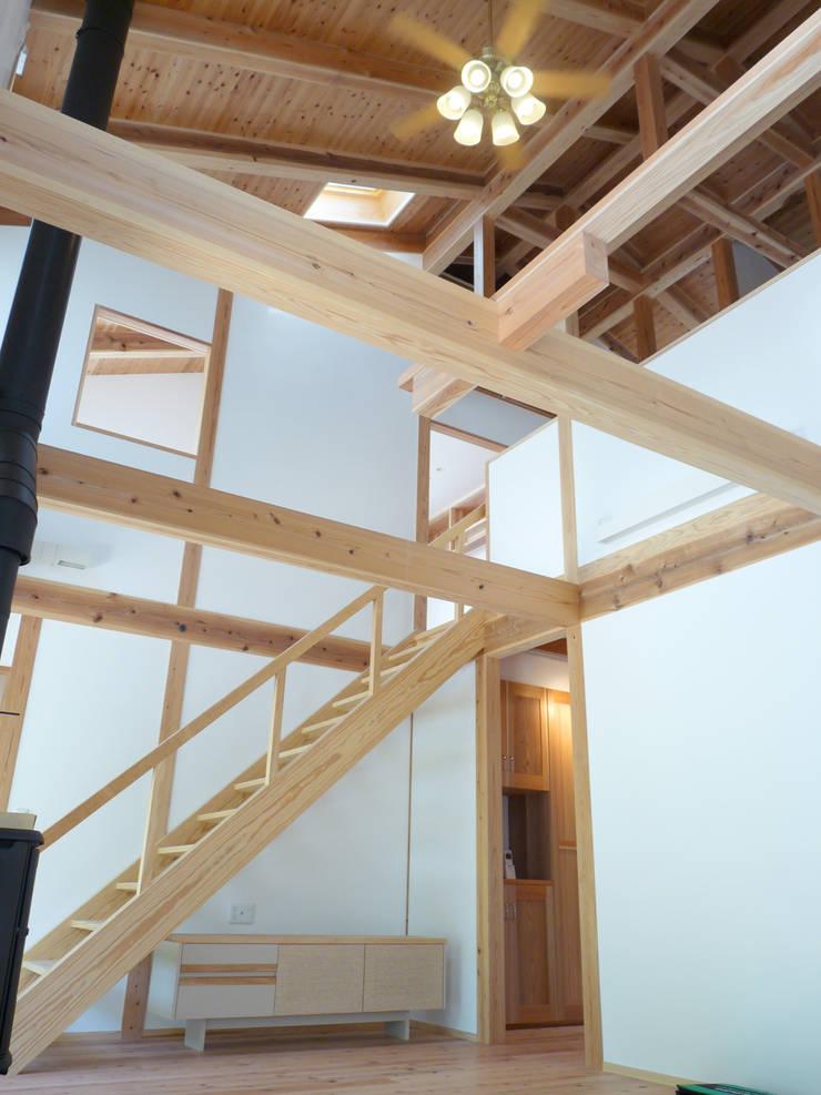 吹き抜けのあるリビング: T設計室一級建築士事務所/tsekkeiが手掛けた廊下 & 玄関です。