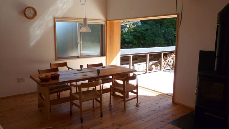 薪小屋の近くのリビング: T設計室一級建築士事務所/tsekkeiが手掛けた庭です。