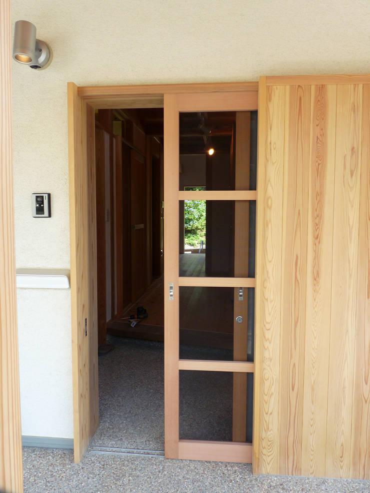 木製玄関戸: T設計室一級建築士事務所/tsekkeiが手掛けた窓です。