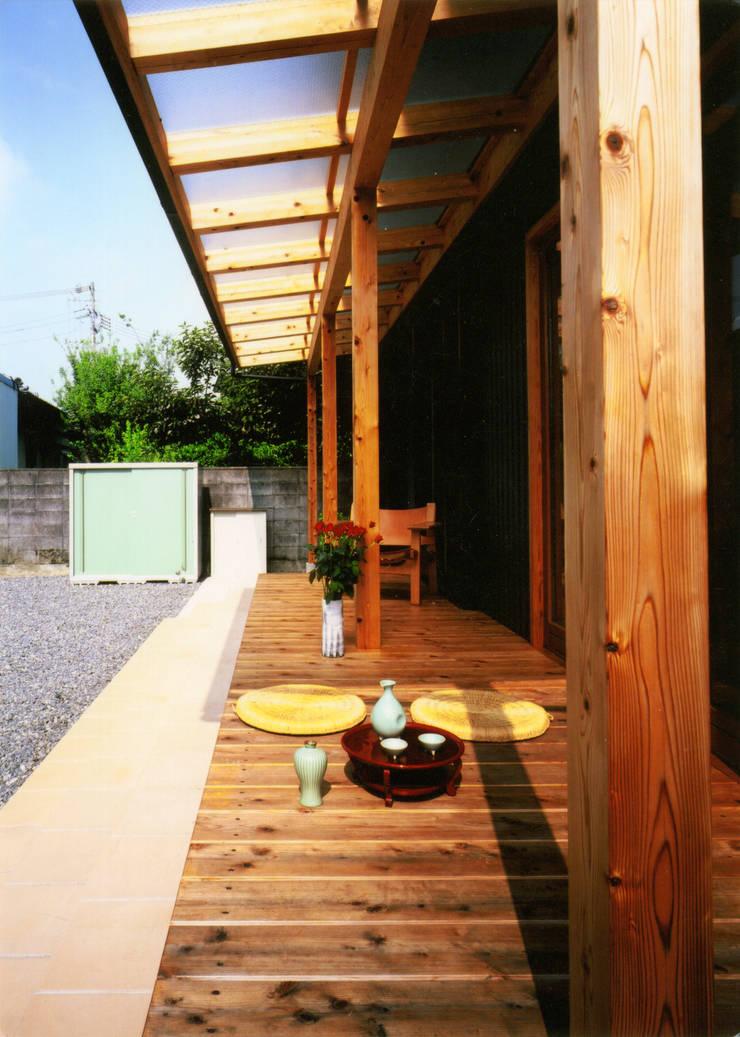 庭に開く、棟もち柱の家: T設計室一級建築士事務所/tsekkeiが手掛けた庭です。,
