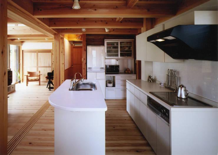 庭に開く、棟もち柱の家: T設計室一級建築士事務所/tsekkeiが手掛けたキッチンです。,