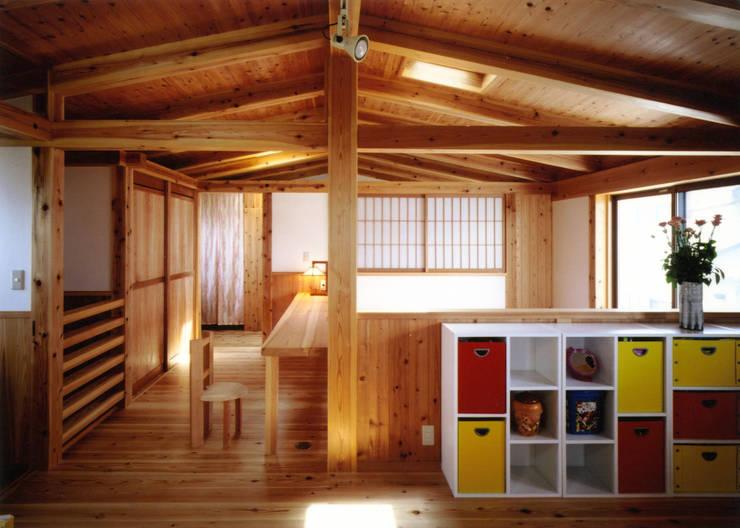 庭に開く、棟もち柱の家: T設計室一級建築士事務所/tsekkeiが手掛けた子供部屋です。,