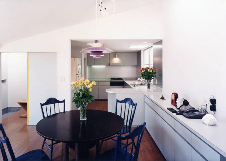 台所と食堂と居間が一直線にならぶ: T設計室一級建築士事務所/tsekkeiが手掛けたキッチンです。,