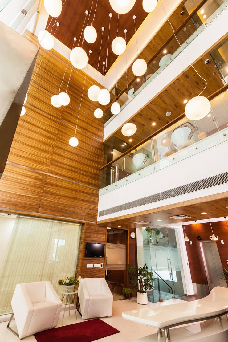 Marvel Office:  Living room by Kumar Moorthy & Associates,Classic