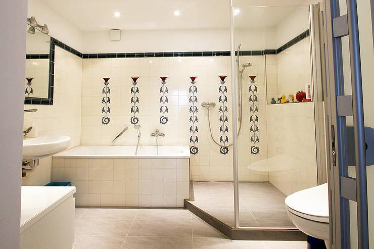 Modernes Bad mit historischen Fliesen:  Badezimmer von Wohnwert Innenarchitektur