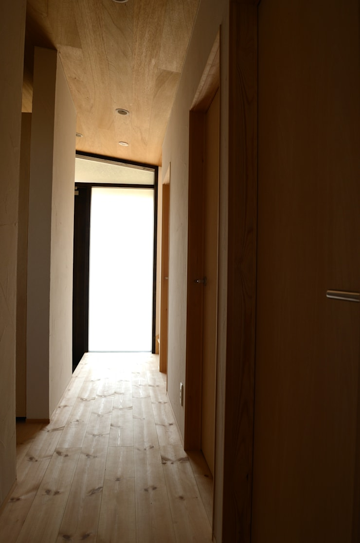 廊下: 高野建築が手掛けた廊下 & 玄関です。,モダン