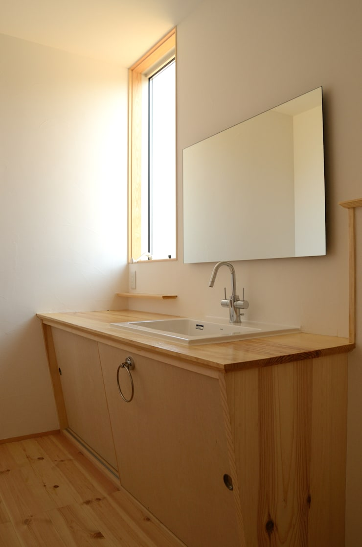 洗面脱衣室: 高野建築が手掛けた浴室です。,モダン