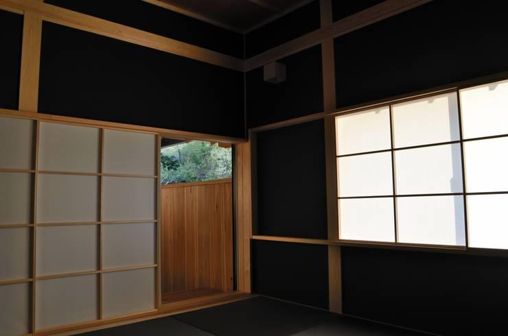 坪庭と床の間のある和室: 高野建築が手掛けた和室です。,モダン