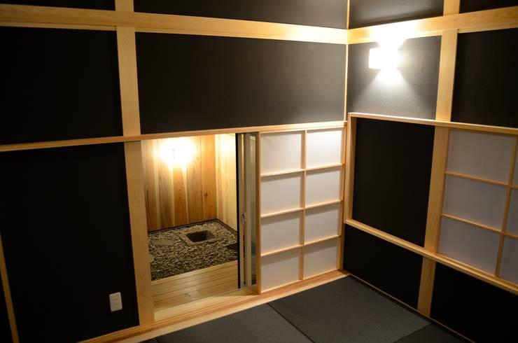 坪庭と床の間のある和室: 高野建築が手掛けた和室です。