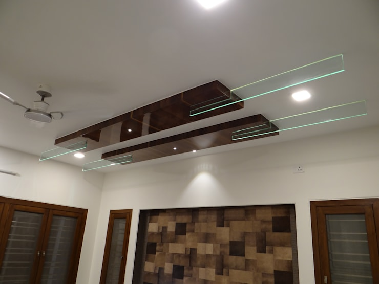 Living room ceiling with Backlit Glass: modern Living room by Hasta architects