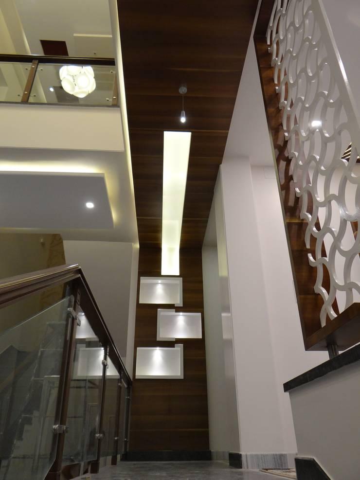 Wood Ceiling in the corridor:  Corridor & hallway by Hasta architects