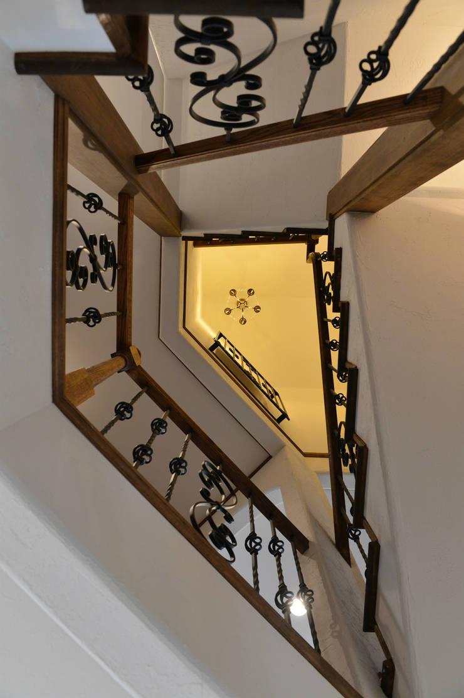 螺旋階段.*: 株式会社 盛匠が手掛けた廊下 & 玄関です。