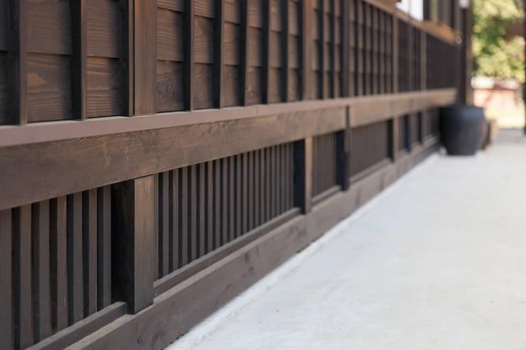 生業と共に刻まれた歴史、手斧削りの美しい梁組み: 吉田建築計画事務所が手掛けた家です。