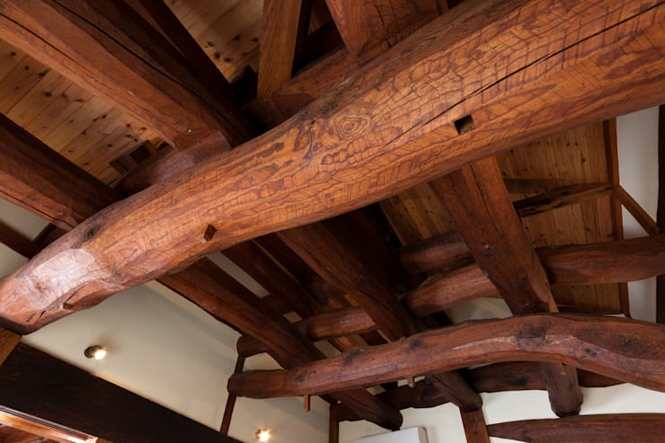 生業と共に刻まれた歴史、手斧削りの美しい梁組み: 吉田建築計画事務所が手掛けた和室です。