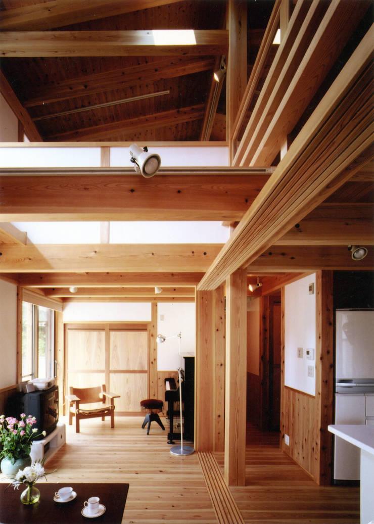 庭に開く、棟もち柱の家: T設計室一級建築士事務所/tsekkeiが手掛けたリビングです。,