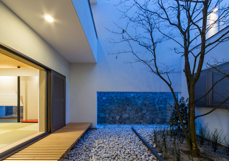 The House creates open land scape: Kenji Yanagawa Architect and Associatesが手掛けた庭です。