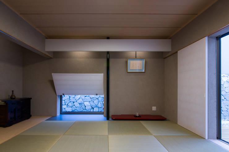 The House creates open land scape: Kenji Yanagawa Architect and Associatesが手掛けた庭です。