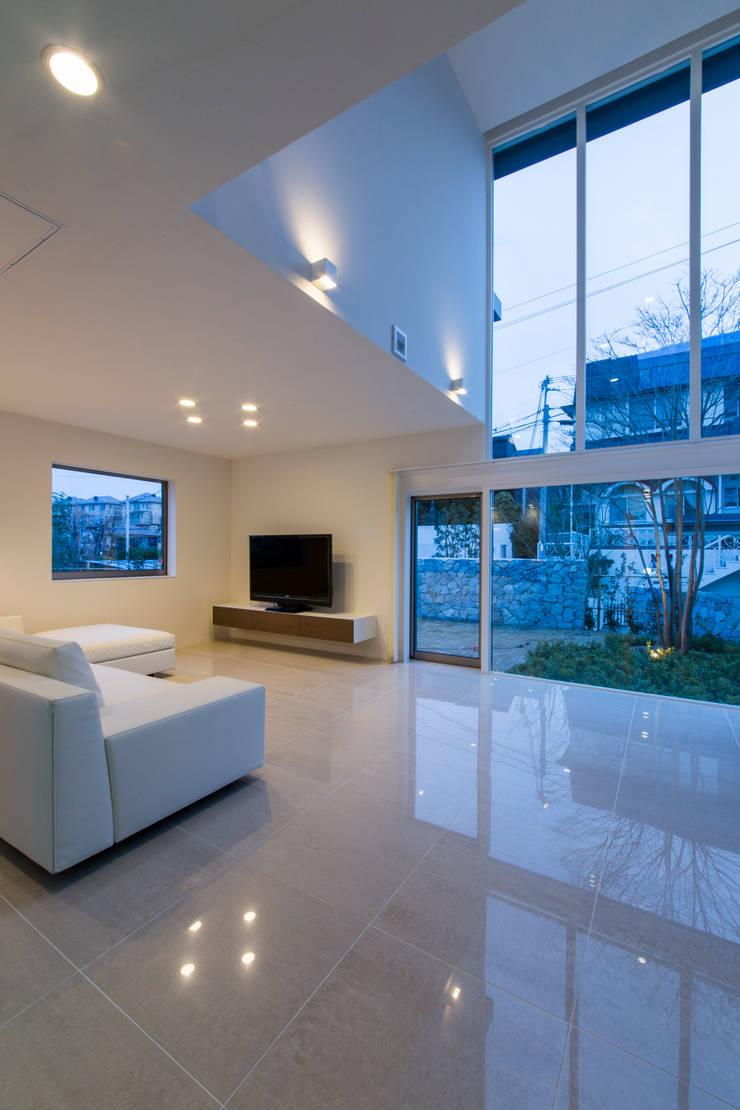 The House creates open land scape: Kenji Yanagawa Architect and Associatesが手掛けたリビングです。