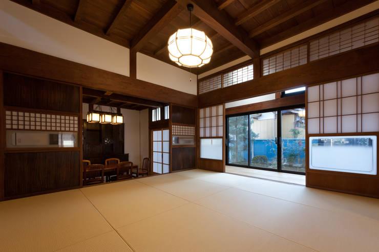 伝統のしつらえと、モダンライフの融合: 吉田建築計画事務所が手掛けたリビングです。,クラシック