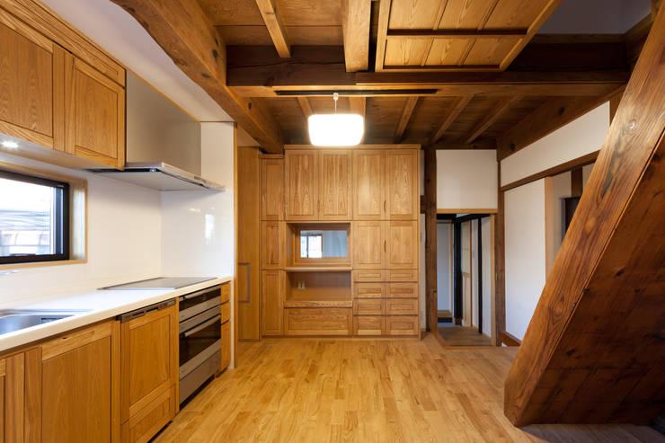 伝統のしつらえと、モダンライフの融合: 吉田建築計画事務所が手掛けたキッチンです。