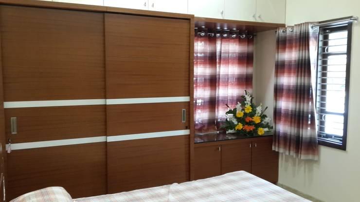 Sliding door wardrobe in the bedroom:  Bedroom by Hasta architects