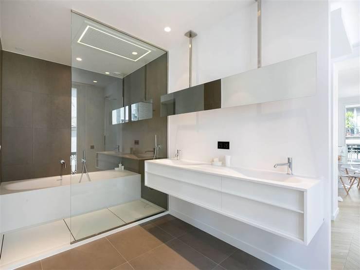 Appartement 120m²: Salle de bains de style  par blackStones