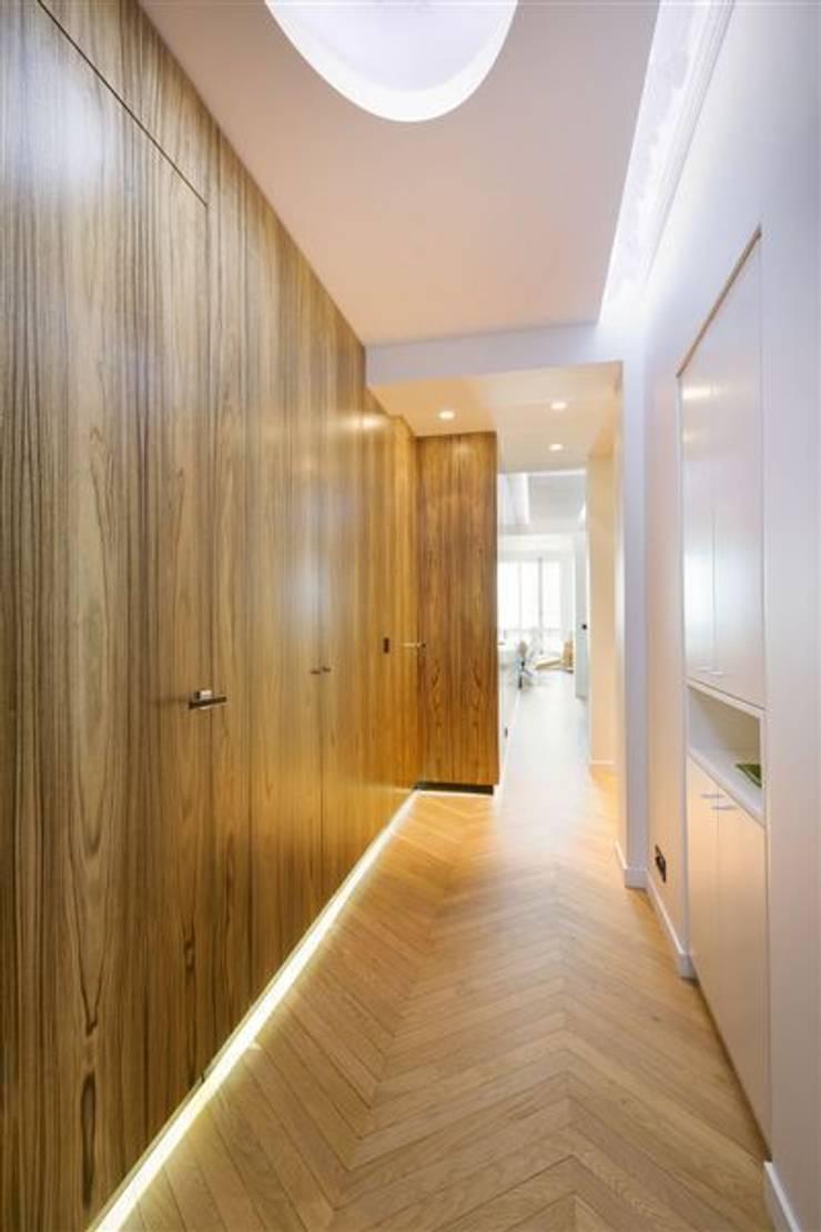 Appartement 120m²: Couloir et hall d'entrée de style  par blackStones