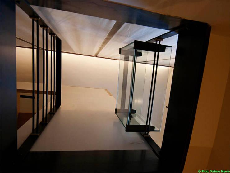 Scintilla Gallery: Negozi & Locali commerciali in stile  di laboratorio di architettura - gianfranco mangiarotti, Moderno