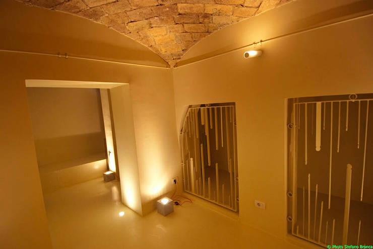 Scintilla Gallery: Negozi & Locali commerciali in stile  di laboratorio di architettura - gianfranco mangiarotti