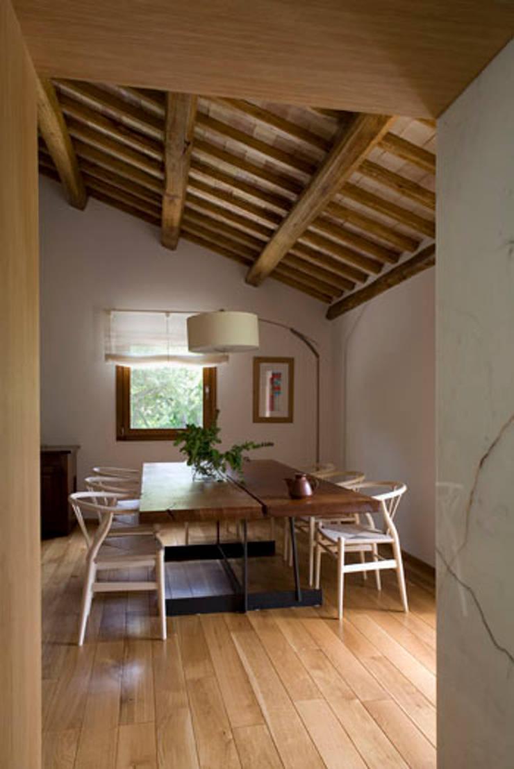 Residenza privata nel parco del Pineto: Sala da pranzo in stile  di laboratorio di architettura - gianfranco mangiarotti, Classico