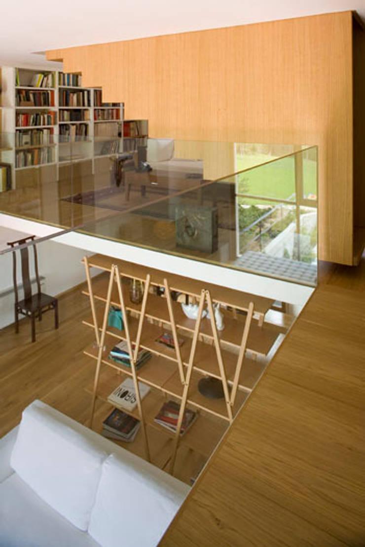 Residenza privata nel parco del Pineto: Ingresso & Corridoio in stile  di laboratorio di architettura - gianfranco mangiarotti, Classico