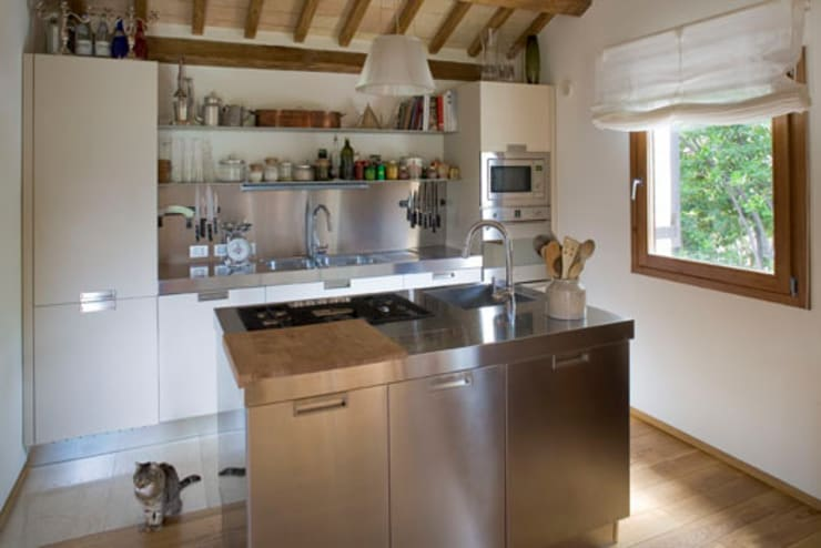 Residenza privata nel parco del Pineto: Cucina in stile  di laboratorio di architettura - gianfranco mangiarotti, Classico
