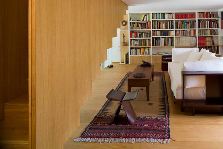 Residenza privata nel parco del Pineto: Soggiorno in stile  di laboratorio di architettura - gianfranco mangiarotti, Classico