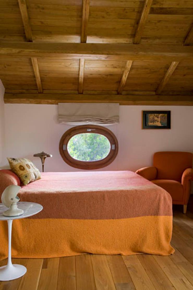 Residenza privata nel parco del Pineto: Camera da letto in stile  di laboratorio di architettura - gianfranco mangiarotti, Classico