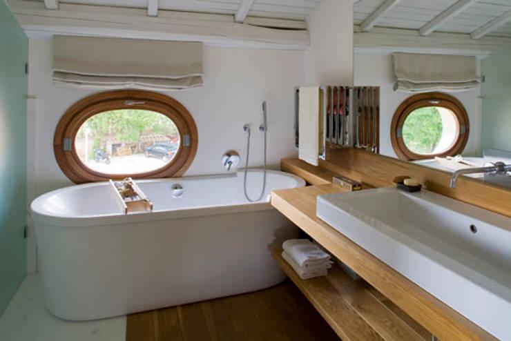 Residenza privata nel parco del Pineto: Bagno in stile  di laboratorio di architettura - gianfranco mangiarotti, Classico