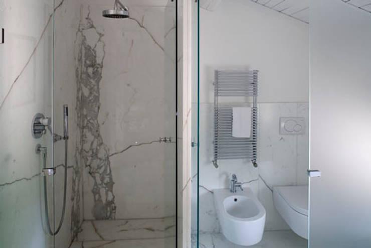 Baños de estilo  de laboratorio di architettura - gianfranco mangiarotti