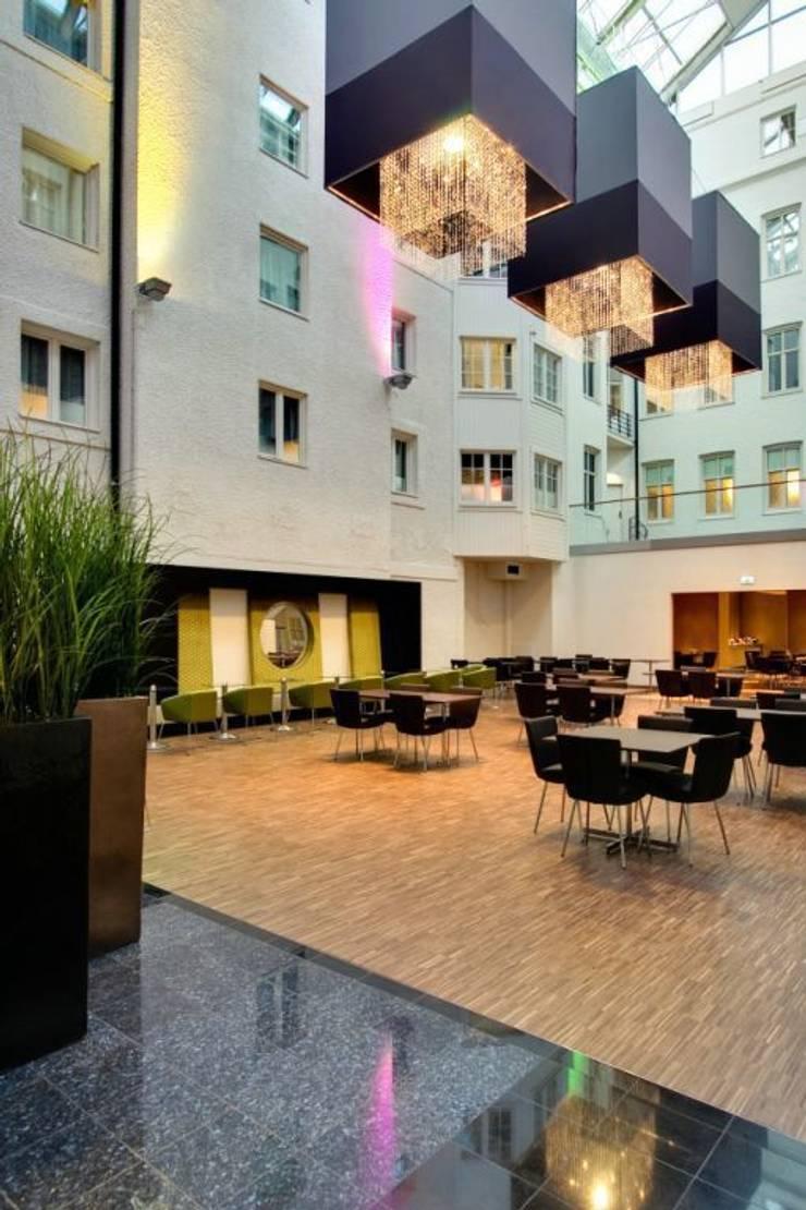Clarion Hotel Plaza : Paredes y suelos de estilo  de Bona