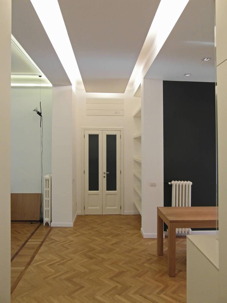 PV House: Ingresso & Corridoio in stile  di Zetaconzero