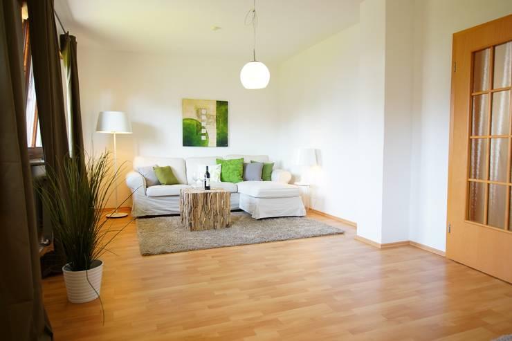 Projekty,  Salon zaprojektowane przez HomeStagingDE