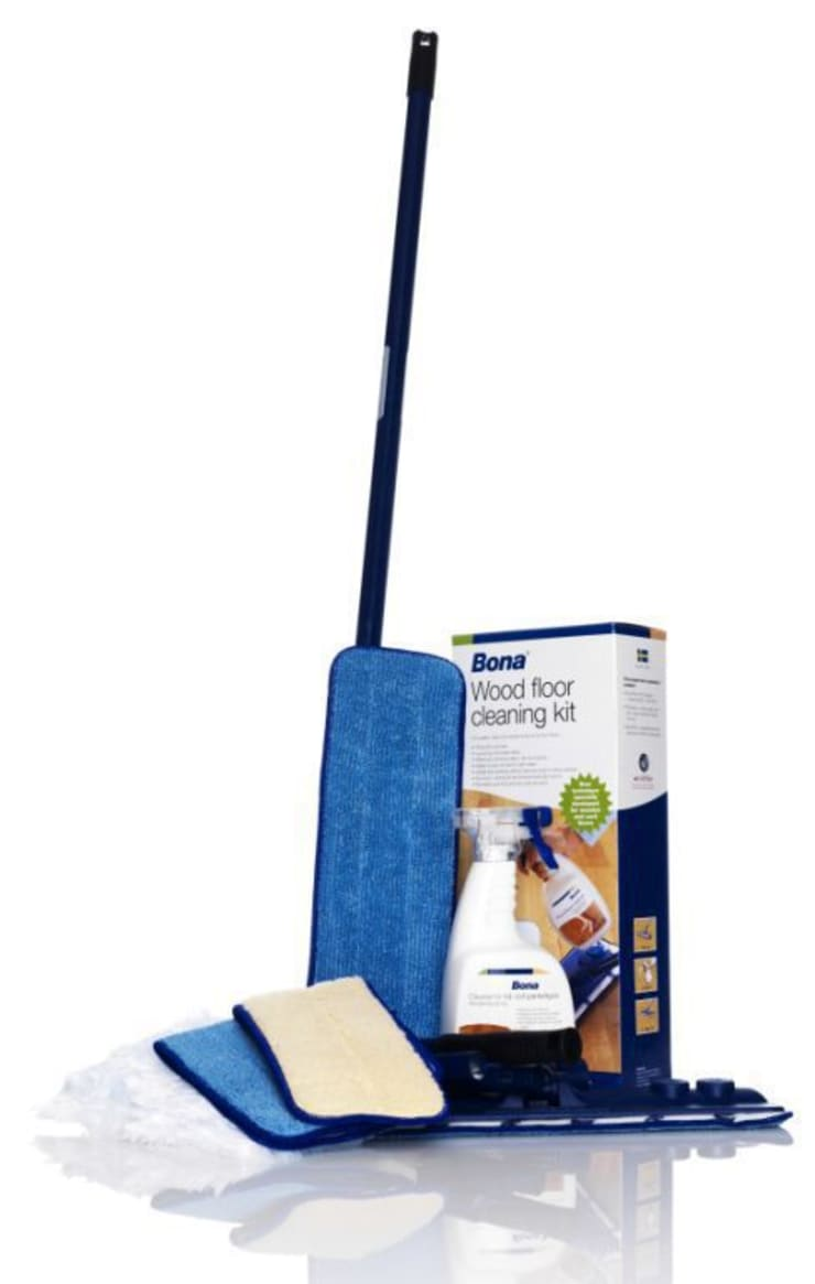 Bona Spray Mop, es una mopa pulverizadora que permite limpiar y hacer un mantenimiento del parquet en un solo gesto.: Paredes y suelos de estilo  de Bona