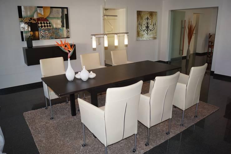Modern dining room by HomeStagingDE Modern