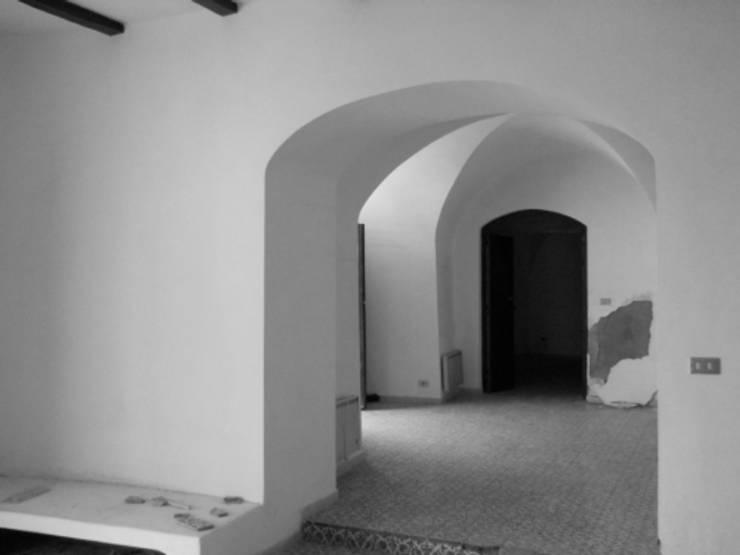 casa dentro le mura_ante operam: Ingresso & Corridoio in stile  di laboratorio di architettura - gianfranco mangiarotti